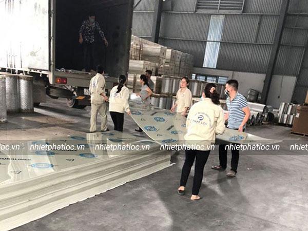 Vận chuyển tấm nhựa PP từ nhà máy Phát Lộc